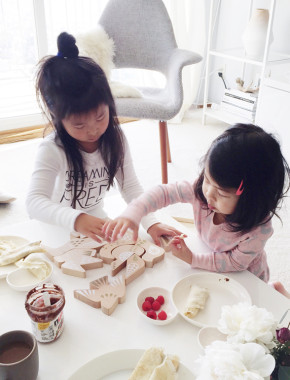 Sisters-playing-puzzle